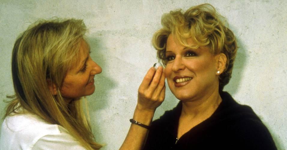 Funcionária do museu Madame Tussauds de Nova York faz os últimos acabamentos da figura de cera da atriz e cantora Bette Middler (25/4/2000)