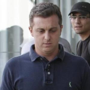 O apresentador Luciano Huck deixa o hotel Fasano, na zona sul do Rio (13/6/2011)