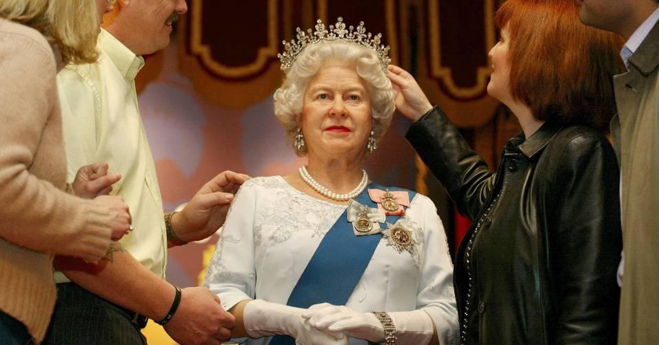 Visitantes admiram a figura de cera da rainha Elizabeth 2ª, no museu Madame Tussauds de Londres (2/5/2002)