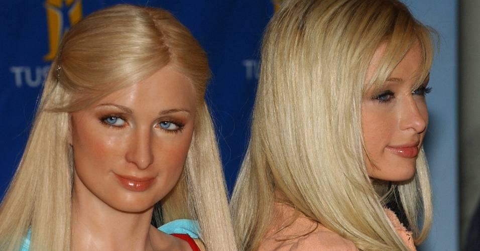 A socialite Paris Hilton (dir.) posa ao lado de sua figura de cera no museu Madame Tussauds de Nova York (2/5/2005)