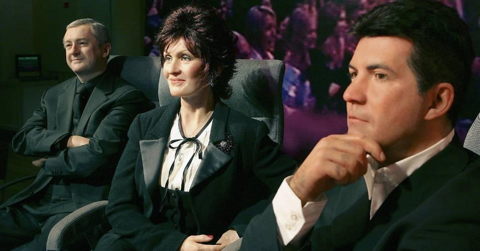 Figuras de cera dos apresentadores Louis Walsh (esq.), Sharon Osbourne e Simon Cowell (dir.), na época que apresentavam o
