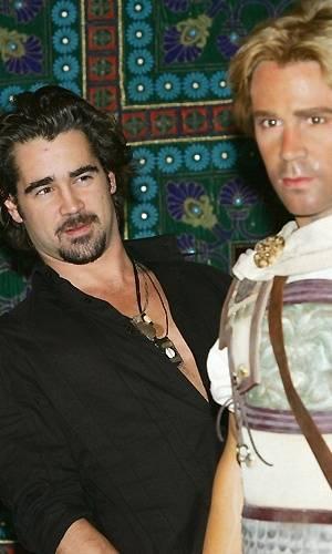 O ator Colin Farrell observa sua figura de cera, vestido como o personagem de