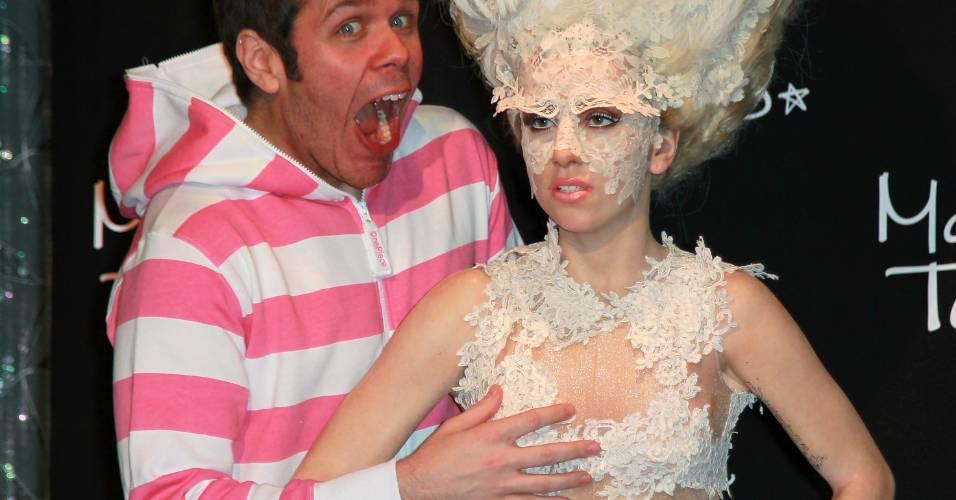 O blogueiro Perez Hilton faz graça com figura de cera da cantora Lady Gaga no museu Madame Tussauds de Hollywood (9/12/2010)