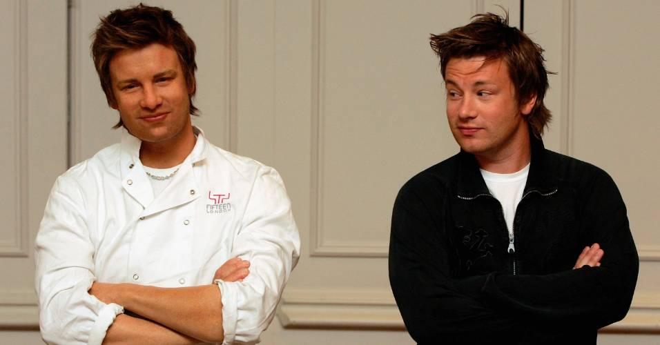 O chef Jamie Oliver (dir.) observa e posa ao lado de sua figura de cera no museu Madame Tussauds de Londres (29/7/2005)