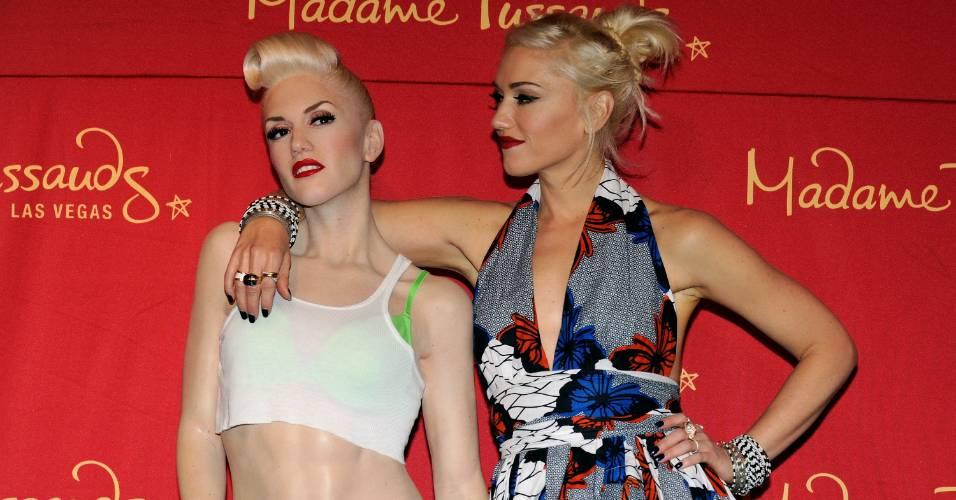 A cantora Gwen Stefani (dir.) posa ao lado de sua figura de cera no museu Madame Tussauds de Las Vegas (22/9/2010)