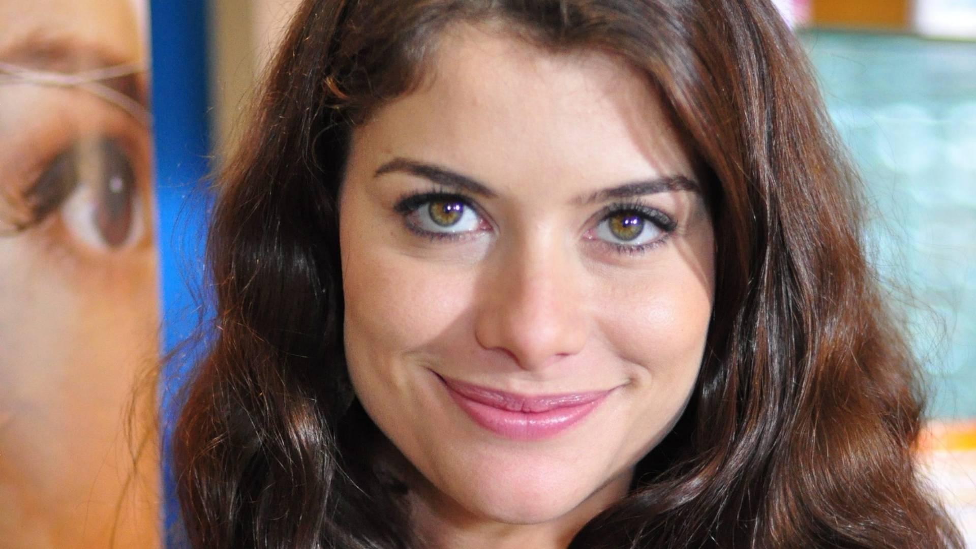 Alinne Moraes grava cena da série