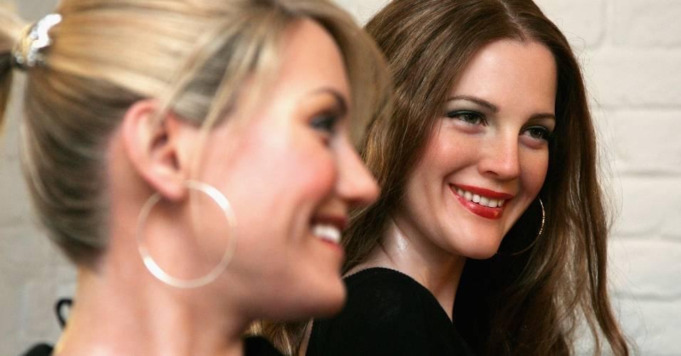 Figuras de cera das atrizes Cameron Diaz (esq.) e Drew Barrymore no museu Madame Tussauds de Londres (19/2/2008)
