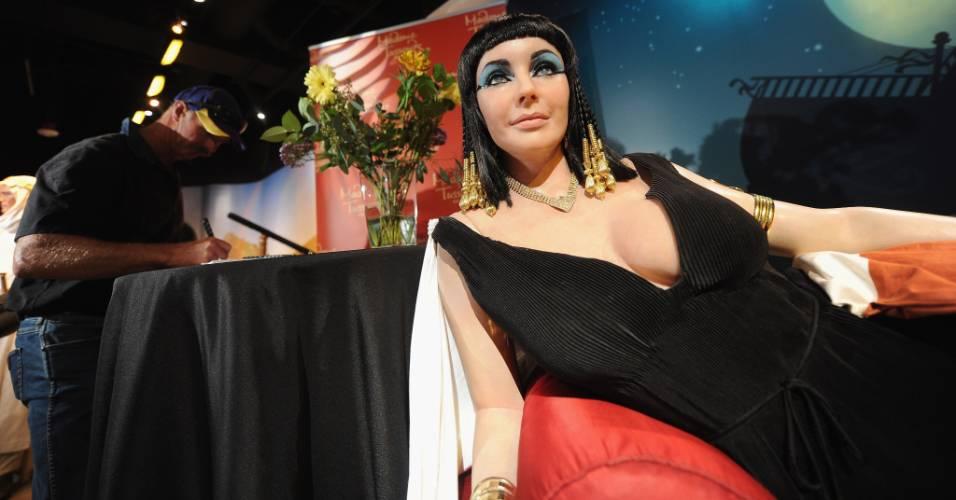 Visitante assina livro de condolências próximo à figura de cera da atriz Elizabeth Taylor, vestida como Cleópatra, no museu Madame Tussauds de Hollywood (23/3/2011)