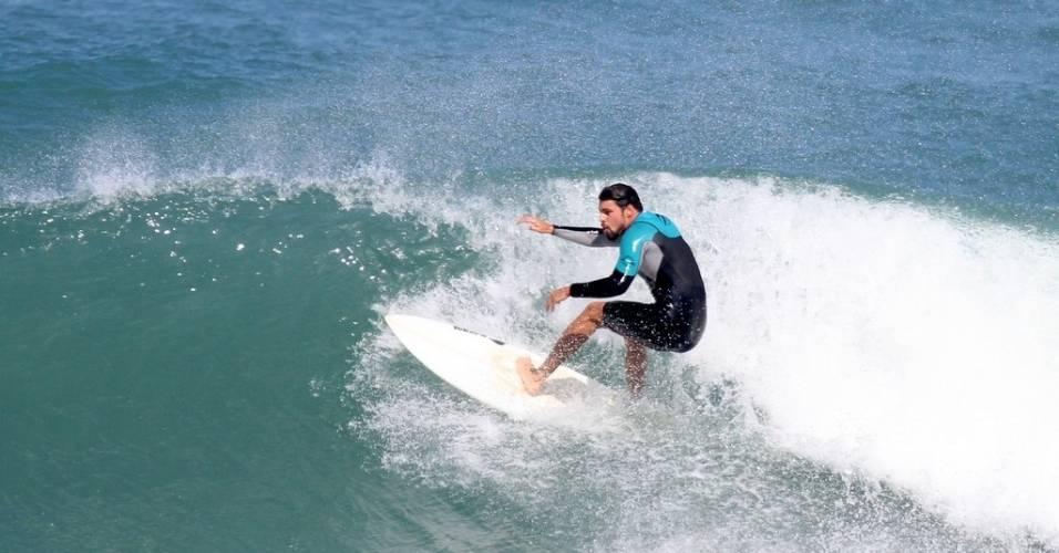 Cauã Reymond surfa no Rio de Janeiro (9/7/11)