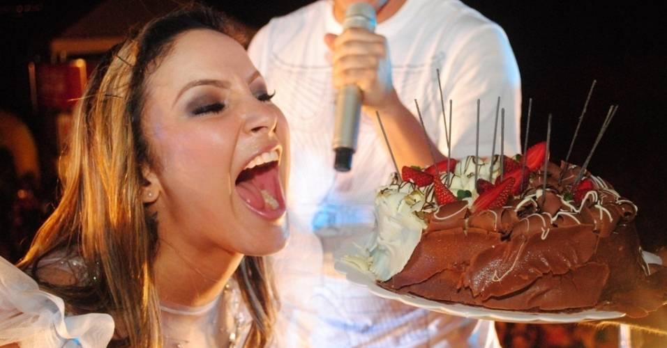 Claudia Leitte se empolga com bolo que ganhou de equipe e fãs em seu aniversário de 31 anos em Palmas, Tocantins (10/7/2011)