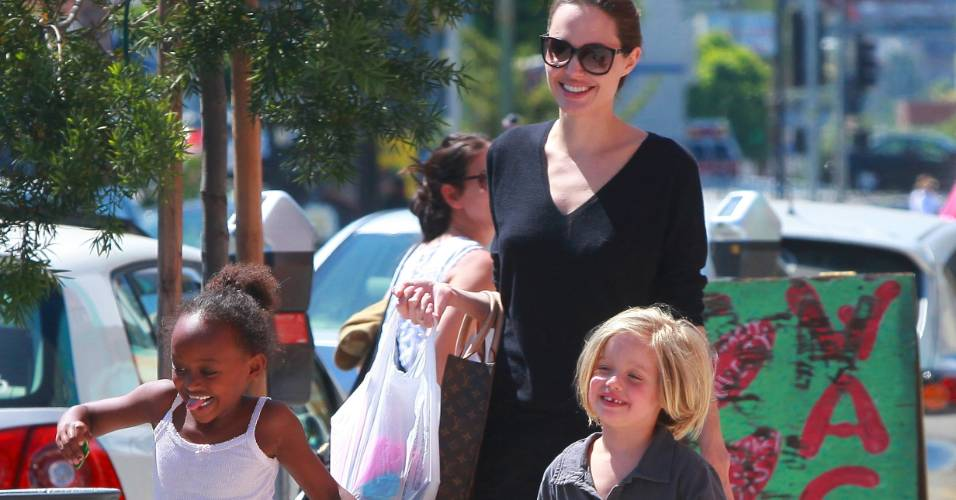 Angelina Jolie passeia com as filhas Zahara (à esq.), de seis anos, e Shiloh, de cinco, Hollywood, na Califórnia (17/7/11)