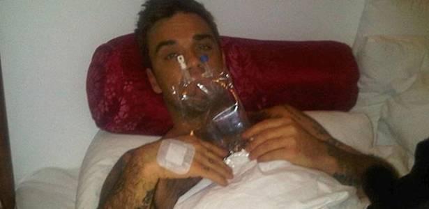 Robbie William publicou foto em seu blog com uma bolsa de soro, após cancelar show por causa de uma intoxicação alimentar, em Copenhague (17/7/2011)