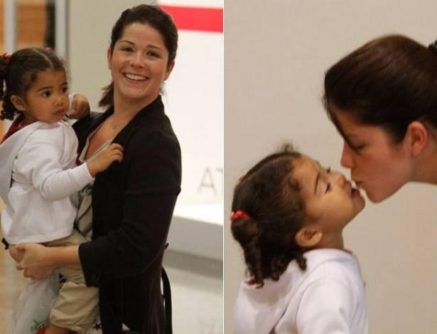 Samara Felippo passeia com a filha Alícia em shopping da zona oeste do Rio (18/7/2011)