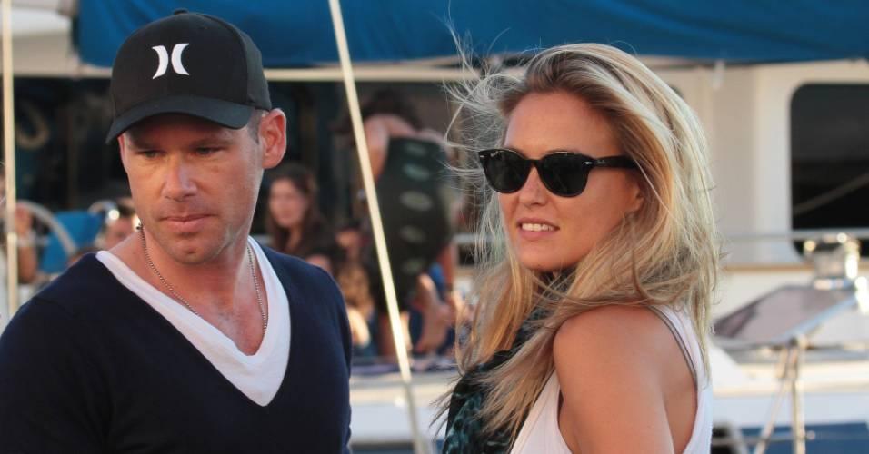 Bar Refaeli, ex-namorada do ator Leonardo Di Caprio, passeia ao lado de seu novo affair, David Fisher, na França (19/7/11)