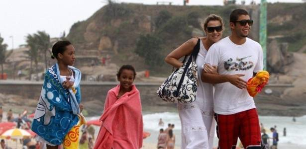 A atriz Luana Piovani foi à praia do Arpoador, no Rio, acompanhada do namorado Pedro Scooby e de suas afilhadas Juliana e Luana (22/7/11)