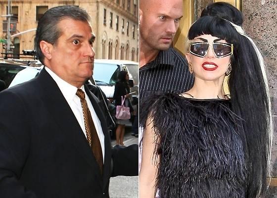 Lady Gaga (dir.) e seu pai, o Joseph Germanotta (esq.)