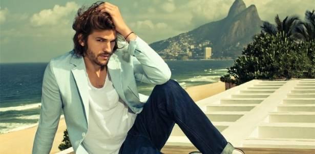 O ator Ashton Kutcher em imagem da campanha Primavera/Verão 2012 da Colcci