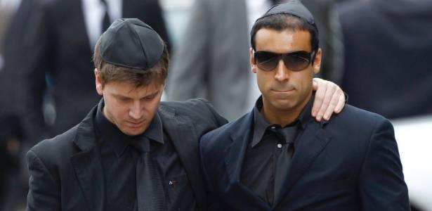 """Daniel Zukerman, o Impostor do """"Pânico na TV"""", e André Machado, produtor do programa, foram fotografados no funeral da cantora Amy Winehouse em Londres (26/7/11) - Reuters"""