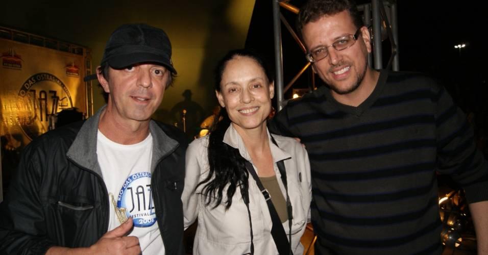 Sem maquiagem, Sônia Braga vai à festival de jazz do ex-namorado (2011)