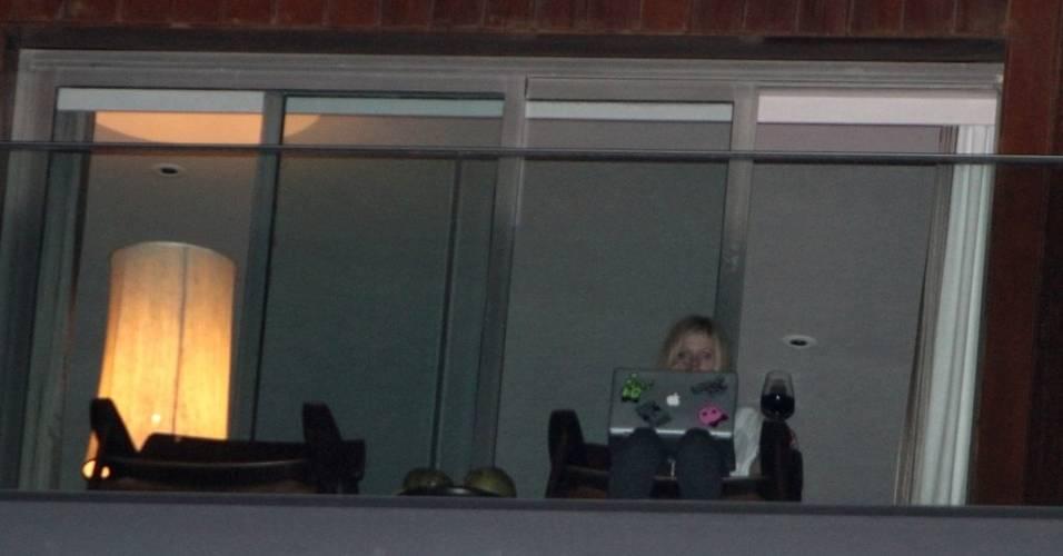 Avril Lavigne usa seu computador na varanda do hotel Fasano, no Rio (29/7/11)