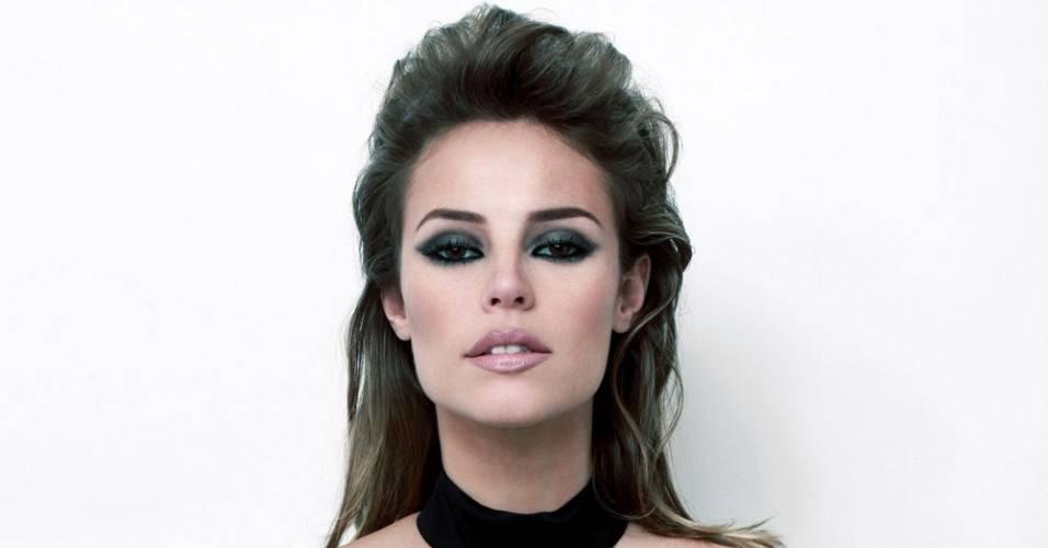 Paola Oliveira posa para a capa da revista