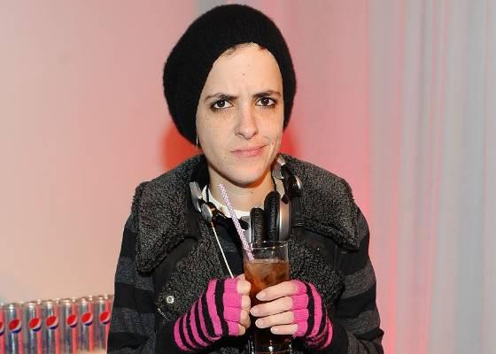 DJ Samantha Ronson toma uma bebida enquanto toca no desfile da irmã, a estilista Charlotte Ronson, na semana de moda de Nova York (12/2/2011)