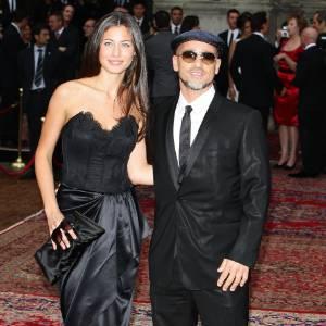 O cantor italiano Eros Ramazzotti e sua mulher Marica Pellegrini no desfile da Dolce & Gabbana em Milão, na Itália (19/06/2010)