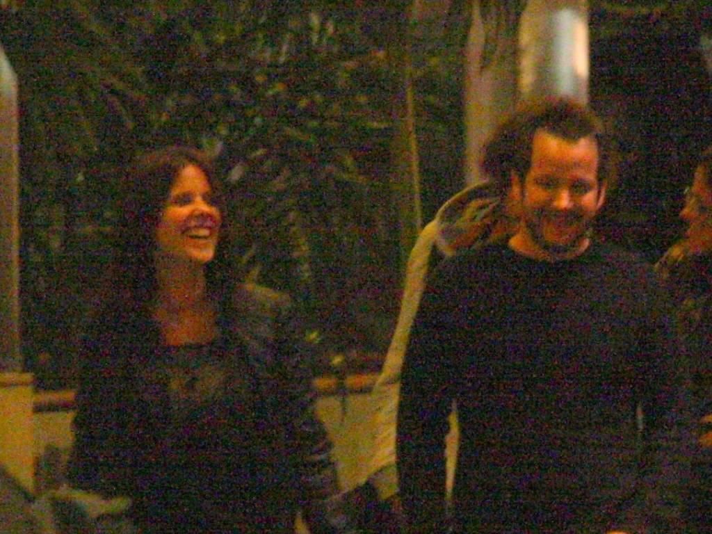 Um mês após terminar namoro de cinco anos, Murilo Benício se diverte com morena durante passeio (3/8/11)