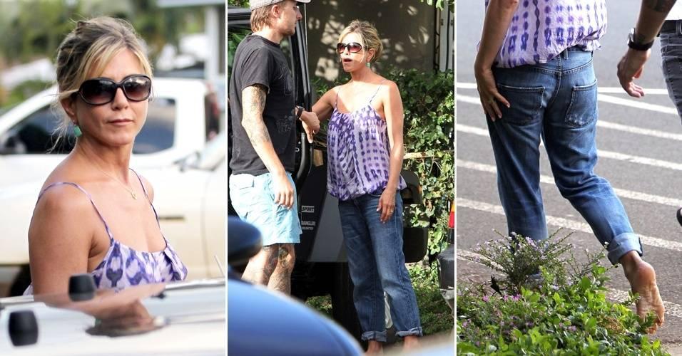 Descalça, a atriz Jennifer Aniston sai para tomar café com o namorado Justin Theroux, no Havaí, onde o casal passa férias (4/8/11)