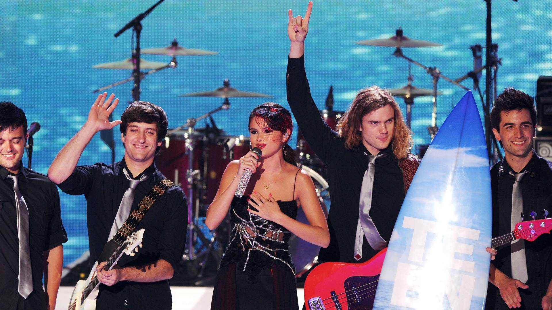 Selena Gomez e seu grupo, The Scene, agradecem prêmio do Teen Choice, em Hollywood (7/8/2011)