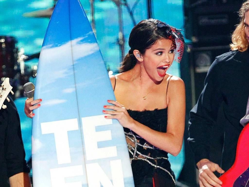 Selena Gomez se empolga ao receber um prêmio Teen Choice, em Hollywood (7/8/2011)