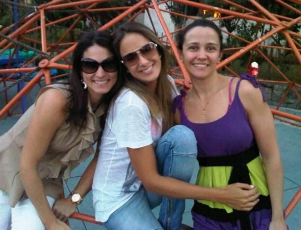 Ticiane Pinheiro posta foto ao lado das amigas Su e Carol (8/8/2011)