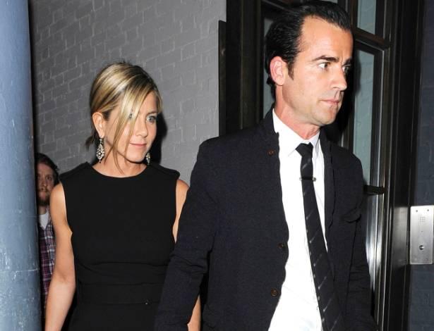 Jennifer Aniston e Justin Theroux saem de mãos dadas de um restaurante em Londres (21/7/2011)