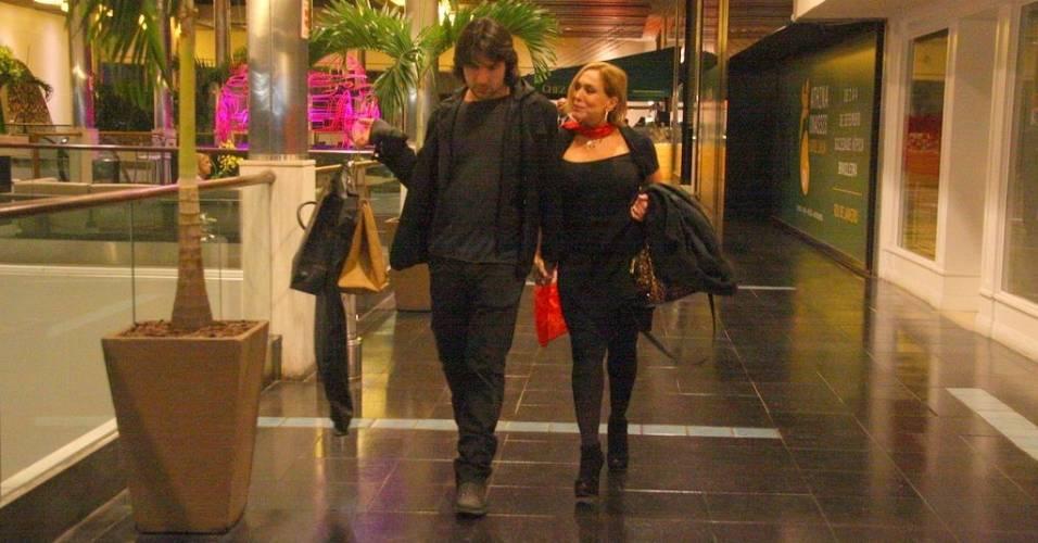Sandro Pedroso e Susana Vieira fazem compras em shopping do Rio (10/8/11)