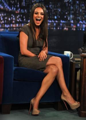 """Mila Kunis se diverte durante participação no programa """"Late Night With Jimmy Fallon"""", em Nova York (18/7/2011)"""