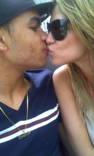 Dentinho passeia em Milão com Dani Souza, a mulher Samambaia.