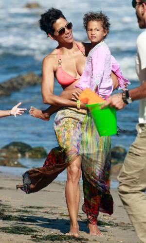 Halle Berry passou o dia na praia de Malibu, na Califórnia, com a filha, Nahla Aubry, seu namorado, o ator francês Olivier Martinez, e familiares dele. A atriz completou 45 anos neste domingo (14/8/11)