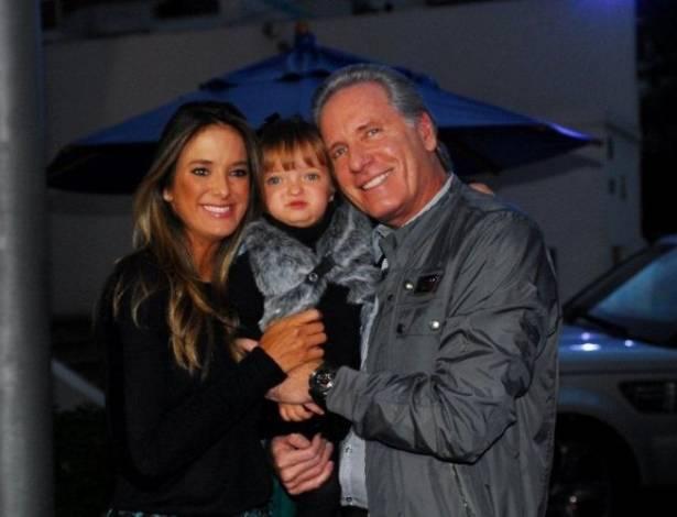 Ticiane Pinheiro e Roberto Justus levam a filha Rafaela ao aniversário do filho do apresentador Otávio Mesquita (14/8/11)