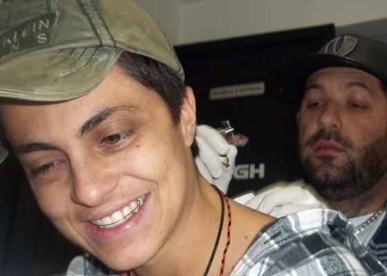 Filha de Gretchen faz tatuagem em homenagem a namorada (15/8/11)
