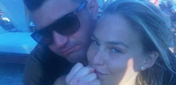 Ex-namorada do ator Leonardo Di Caprio, Bar Refaeli, posta foto ao lado do novo namorado, David Fisher.