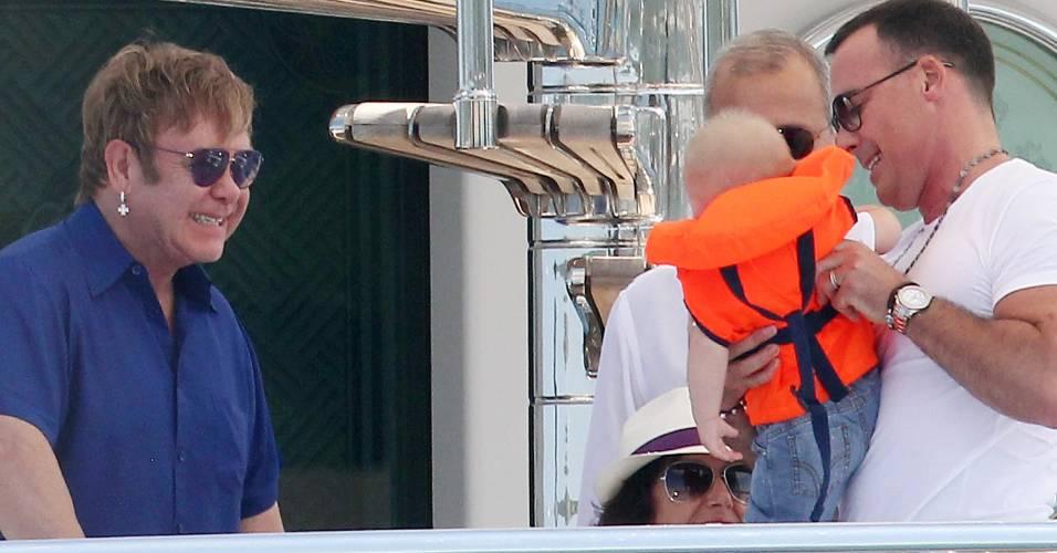 Elton John e o companheiro David Furnish passeiam de barco com o filho Zachary (18/8/11)