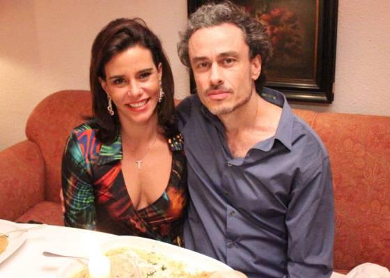 """Narcisa Tamborindeguy e o namorado Guilherme Fiúza gravam cenas do reality """"Mulheres Ricas"""" em um restaurante do Rio de Janeiro (18/8/2011)"""