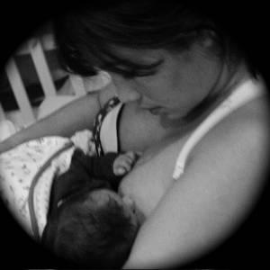 Daniele Suzuki publicou em seu blog uma foto sua amamentando o filho, Kauai, de dois meses. No post, a atriz também relembrou como foi o dia do parto (22/8/11)