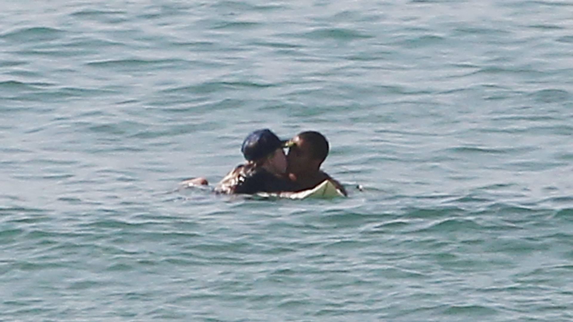 Madonna troca beijos com o namorado durante banho de mar (20/8/11)