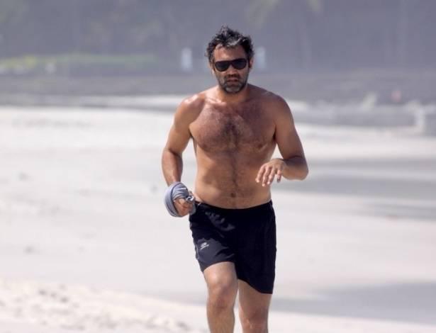 """Ator Domingos Montagner aproveita a folga das gravações da novela """"Cordel Encantado"""" para correr na praia (25/8/11)"""