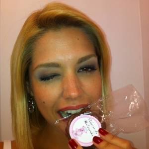 Thais Fersoza exibe a lembrancinha da filha de Fernanda Pontes (25/8/2011)
