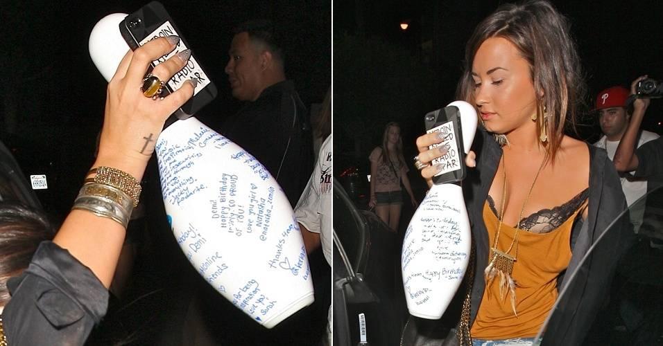 Após comemorar seu 19º aniversário em um boliche, Demi Lovato passa em uma loja de conveniência para comprar um Red Bull light e vai para casa continuar a festinha, na Califórnia (19/8/2011)