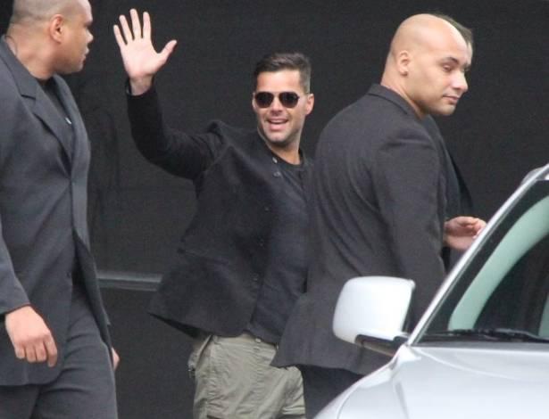O cantor Ricky Martin é fotografado ao deixar o hotel onde está hospedado, no bairro do Ibirapuera, em São Paulo (26/8/11)