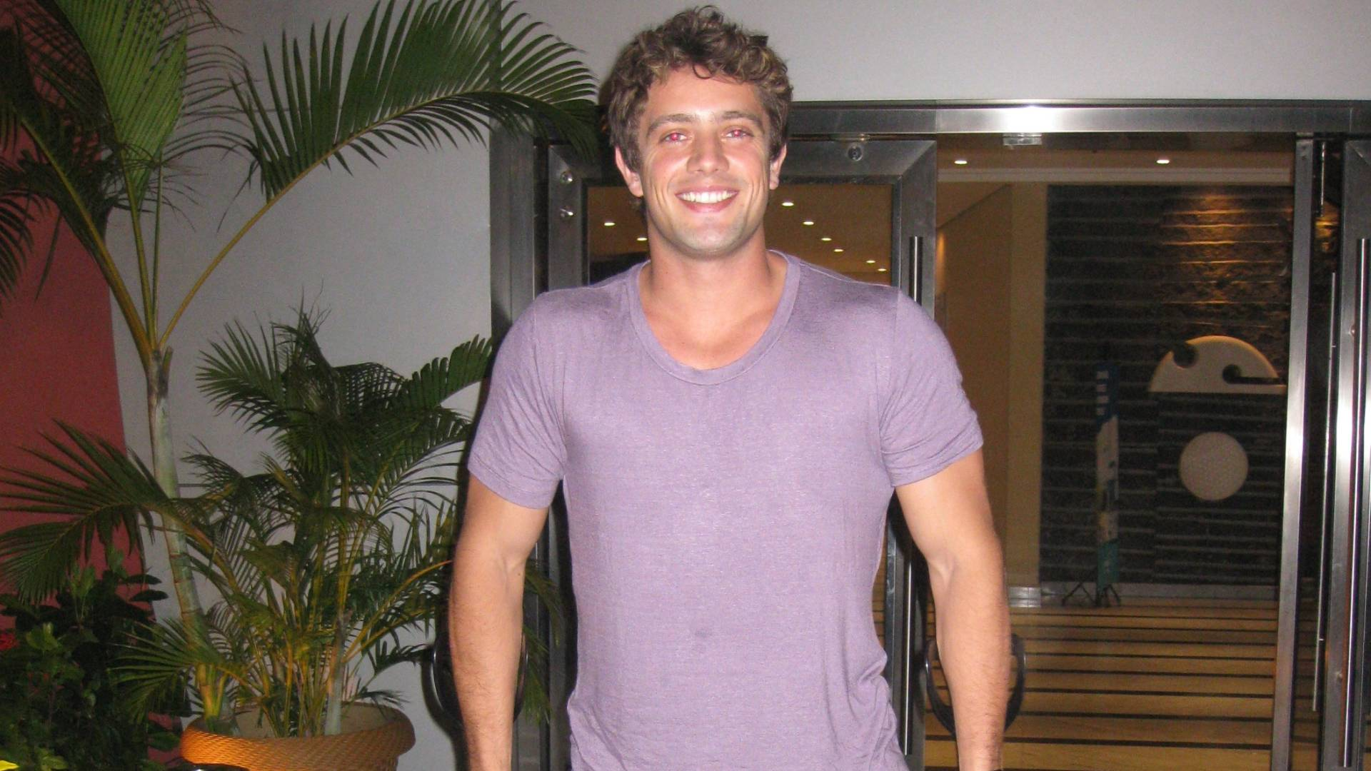 Rafael Cardoso aparece de muletas na churrascaria Baby Beff, na zona oeste do Rio (25/8/11)