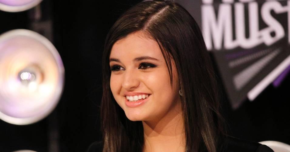 A cantora Rebecca Black sorri ao chegar ao VMA 2011, em Los Angeles (28/8/2011)
